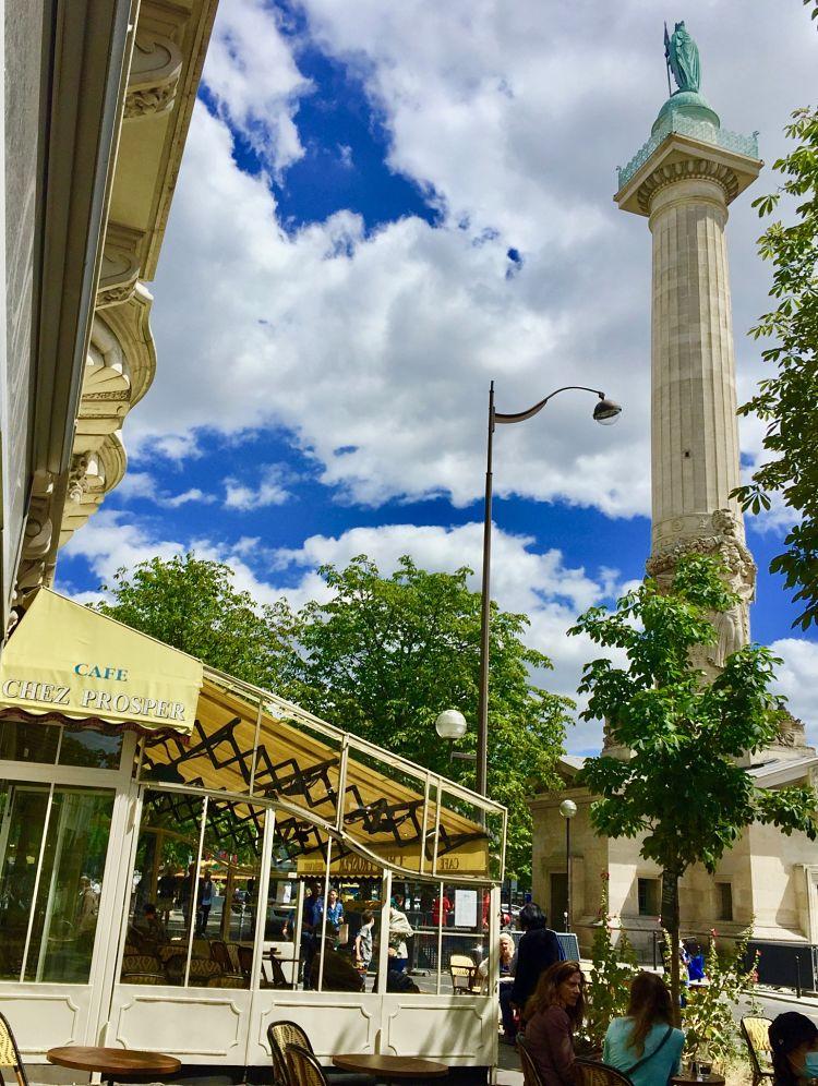 Au pied des colonnes du Trône.